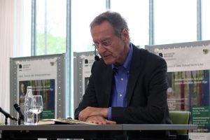 """Bernhard Schlink liest aus seinem Roman """"Olga"""". Foto: Universität Bielefeld/A. Hermwille"""