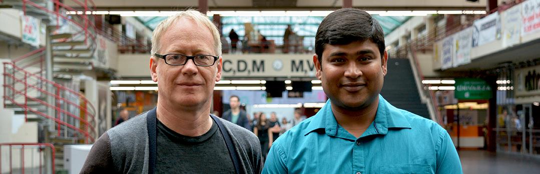 Prof. Dr. Dominik Schwarz und Dr. Aritra Basu von der Arbeitsgruppe Astroteil-chenphysik und Kosmologie. Foto: Universität Bielefeld