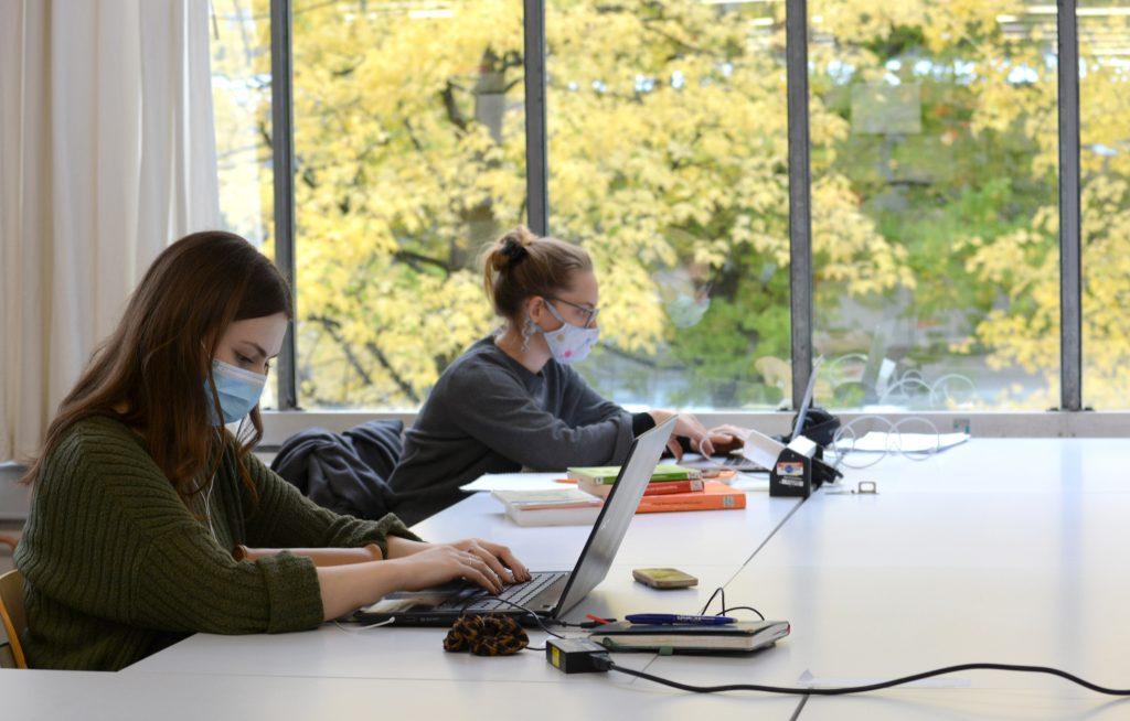 Abstand und Hygieneregeln einzuhalten gilt für Studie-rende genauso wie für Mitarbeitende in der gesamten Universität, wie hier an den Arbeitsplätzen in der Uni-versitätsbibliothek.