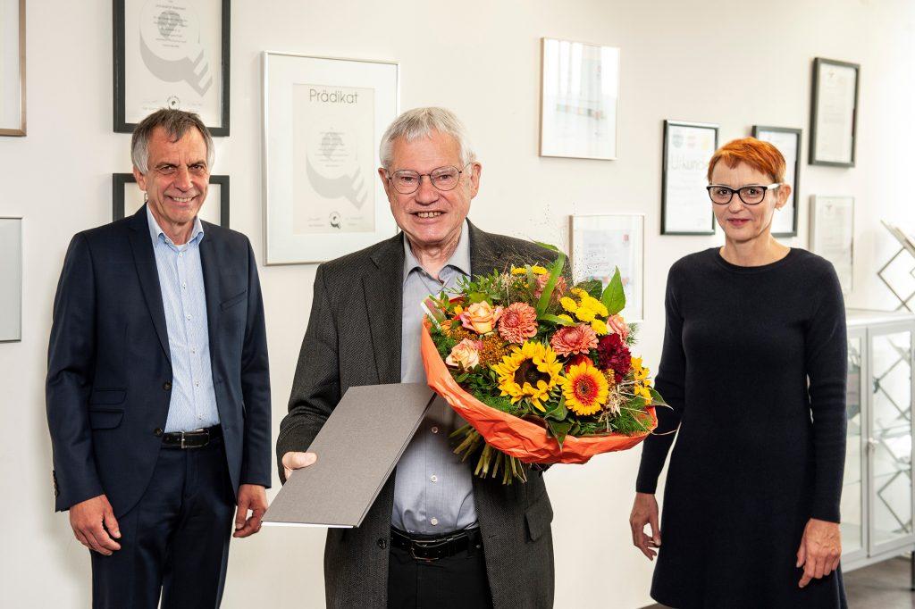 Rektor Prof. Dr. Gerhard Sagerer und die stellvertretende Senatsvorsitzende Dr. Beate Lingnau überreichten die Urkunde zur Ehrensenatorwürde an Prof. Dr. Alfred Pühler.