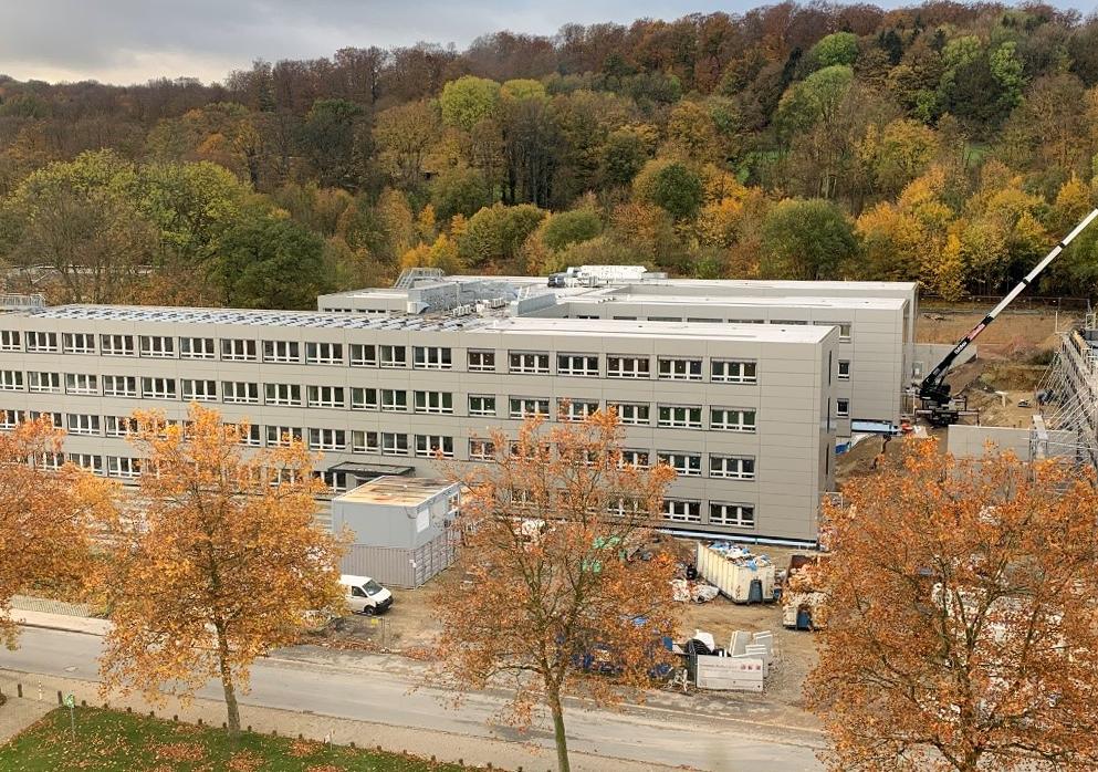 Blick vom Hauptgebäude der Universität auf das Gebäude Z an der Konsequenz. Das 2018 errichtete Gebäude (linker Teil) wurde 2020 auf drei Gebäudeteile erweitert und bietet nun auf 5.000qm Nutzfläche Platz für Büros.