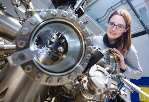 Prof'in Dr. Angelika Kühnle untersucht in einer neuen Studie, wie Moleküle durch Kühlen mobil werden. Foto der Person mit Gerät