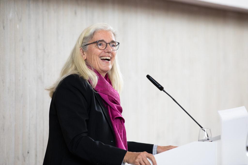 Wissenschaftsministerin Isabel Pfeiffer-Poensgen wünschte als Vertreterin deer Landesregierung allen Beteiligten viel Erfolg und Freude in ihrem neuen akademischen Umfeld in der Universitätsmedizin OWL.