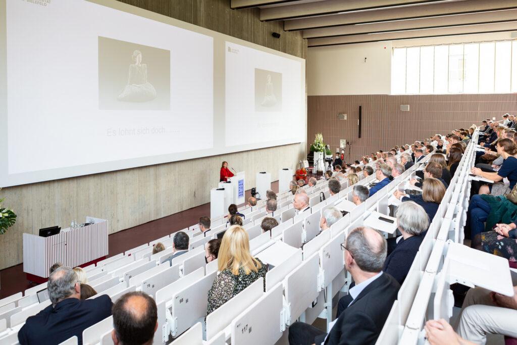 Gründungsdekanin Prof. Dr. Claudia Hornberg betonte in ihrer Begrüßung die Praxisnähe der Medizinausbildung in Bielefeld.