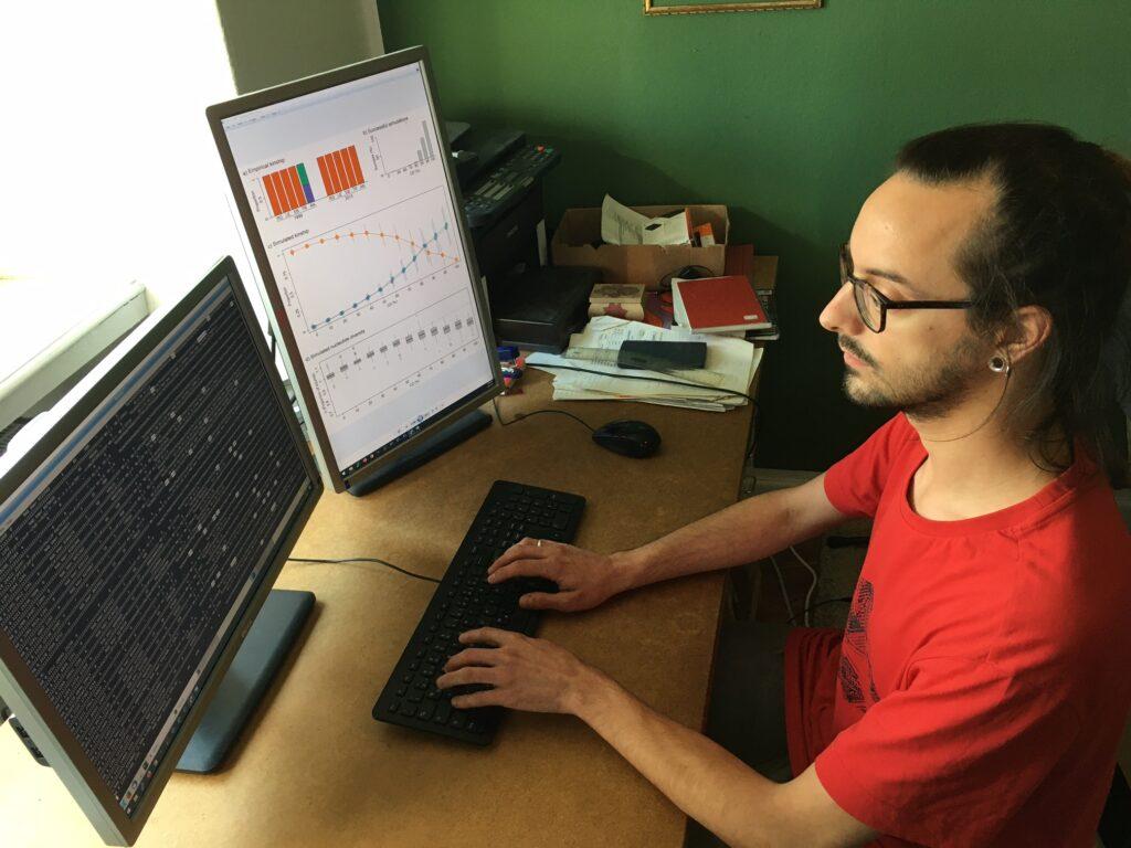 Dr. David Vendrami von der Universität Bielefeld hat eine Computersimulation mit entwickelt, die die Bildung genetischer Inseln rekonstruiert. Foto der Person