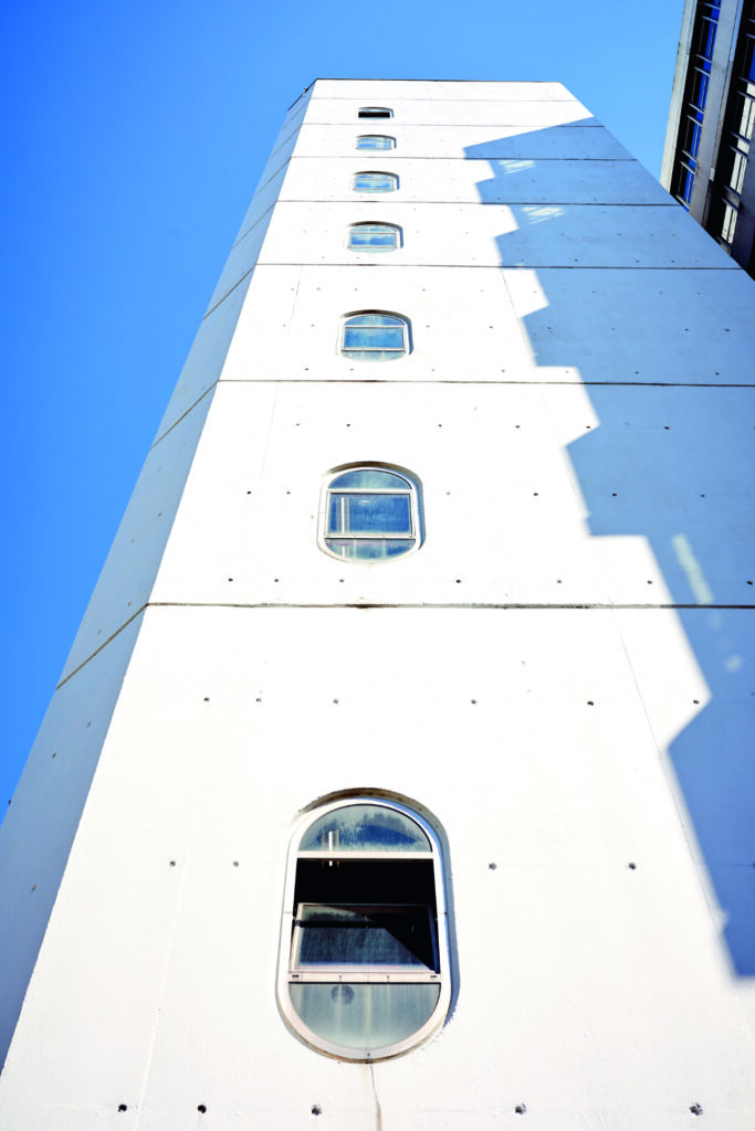 Turm des Hauptgebäudes der Universität Bielefeld vor blauem Himmel