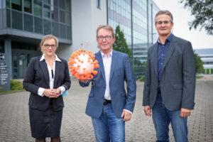 Gruppenfoto (v.li.): Dr. Christia-ne Scherer vom Evangelischen Klinikum Bethel, Prof. Dr. Jörn Kalinowski und Prof. Dr. Alexander Sczyrba, beide von der Universität Bielefeld